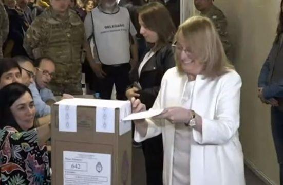 Alicia Kirchner votó y resaltó que