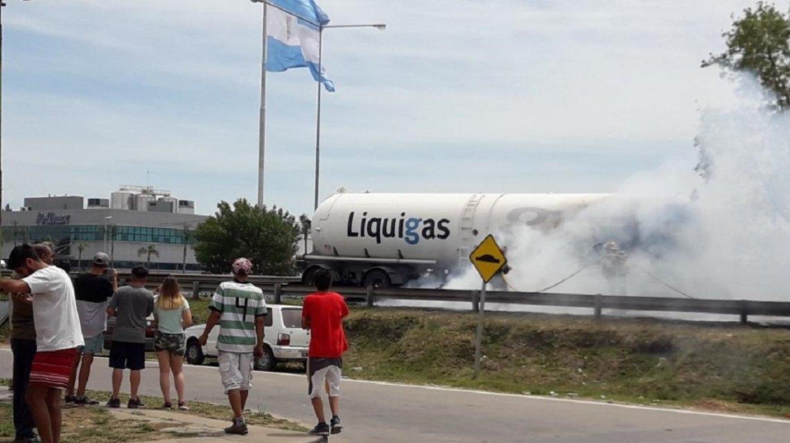 Un camión con gas explotó en la Panamericana: dos muertos