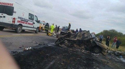 Cinco personas fallecieron calcinados tras chocar con un camión