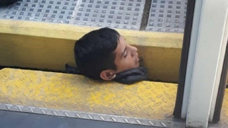 Desesperante: quedó atrapado con su cabeza entre el tren y el anden