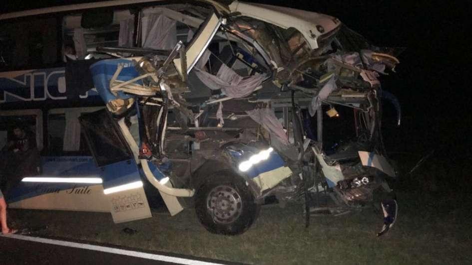 Siete heridos en un choque entre un camión y un micro