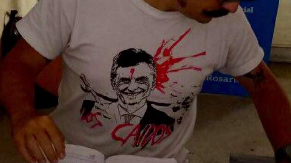 Polémica: un empleado municipal lucía una remera de Macri baleado
