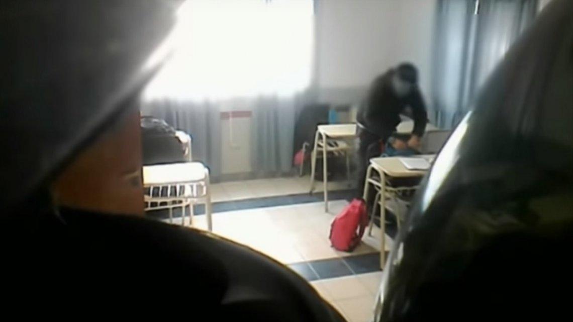 Encontraron a un profesor robándole a los alumnos en el aula — Vídeo