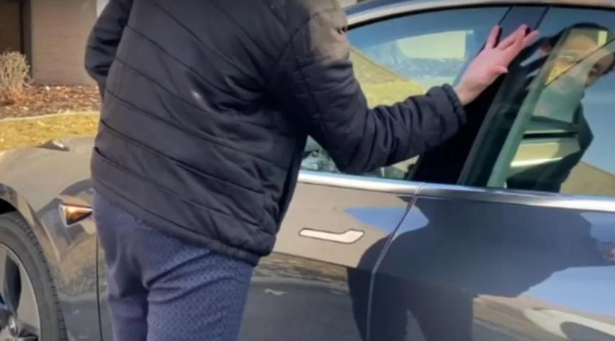 Hombre estadounidense se implanta la llave de su vehículo en la mano