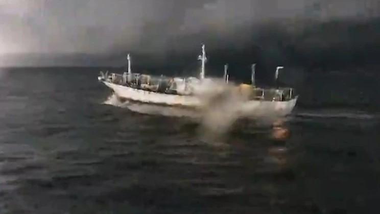 Persecución, tiros y huida de otro buque chino — Pesca ilegal