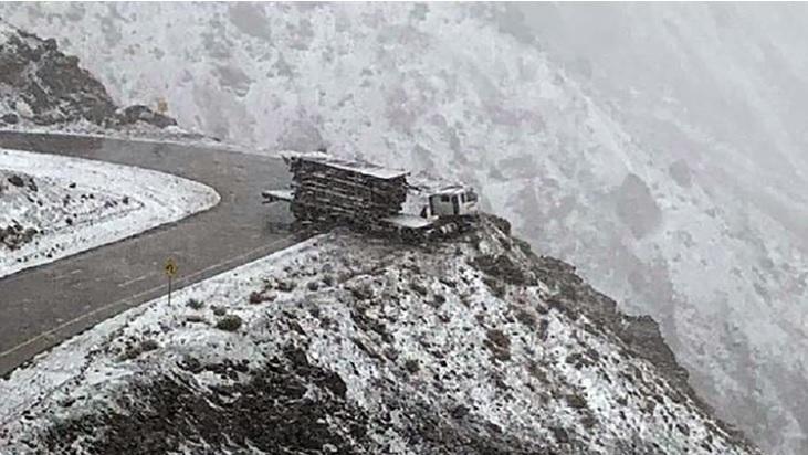 Un camión casi cae al vacío en Alta Montaña