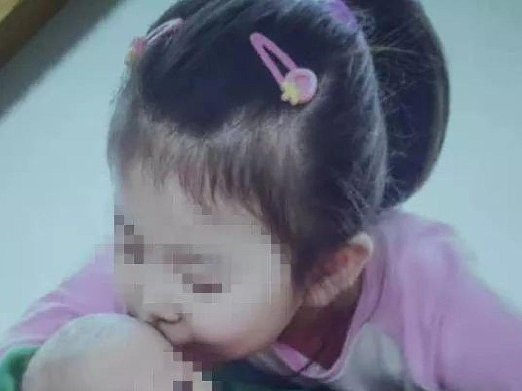 Mata con una barra metálica a su hija porque comía despacio