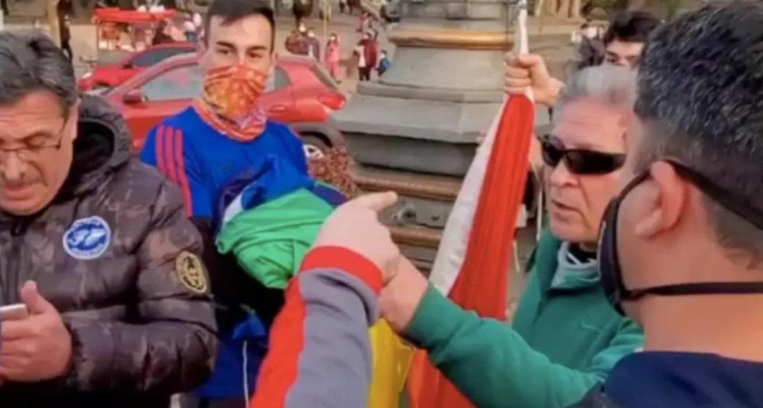 Córdoba un grupo quiso bajar la bandera LGBT en el Parque Sarmiento