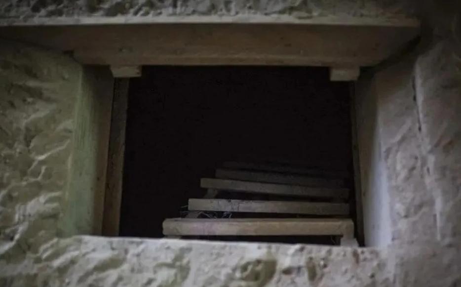Un albanil mexicano construyo un tunel para ver a su amante y el marido enganado los descubrio en pleno acto sexual