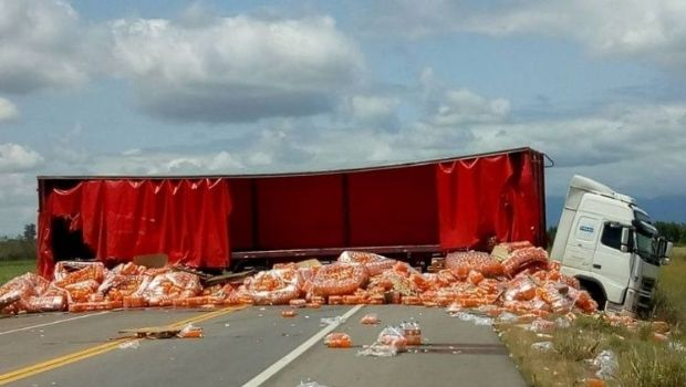 Chocó un camión con gaseosas y vecinos lo desmantelaron, a metros del fallecido