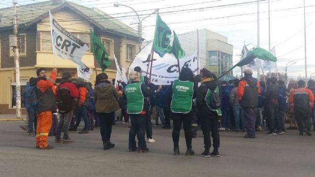 En pleno centro de Río Gallegos, trabajadores de ATE de Punta Loyola reclaman contra YCRT