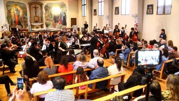 Orquesta del Barrio en concierto junto a Lorena Espina y Paula Galama