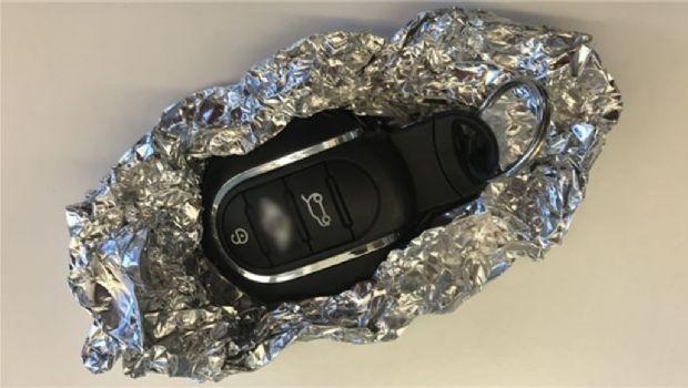 ¿Por qué recomiendan envolver las llaves del auto en papel aluminio?