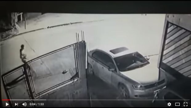 Así roban en autos estacionados frente a casas particulares en Caleta