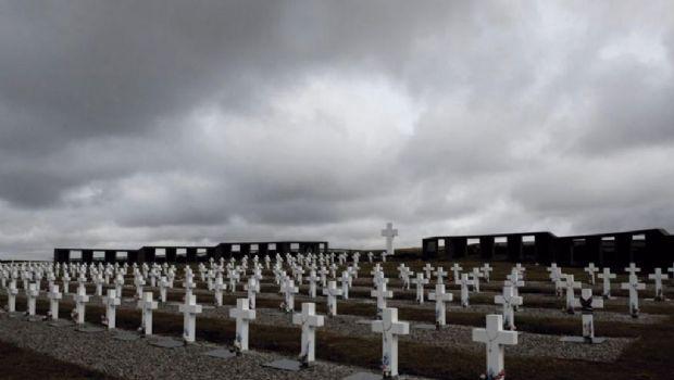 Denuncian que un soldado caído en Malvinas aparece en dos tumbas a la vez
