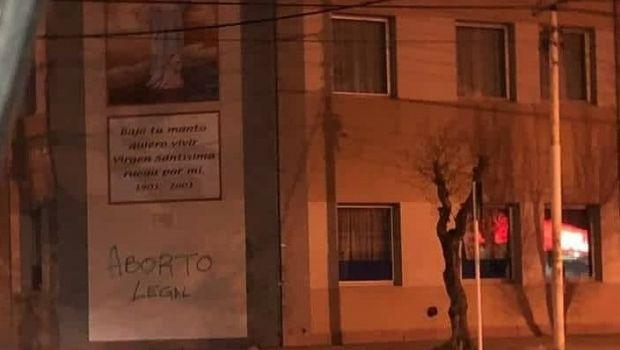 Aborto: hubo pintadas al Hospital Regional durante la marcha