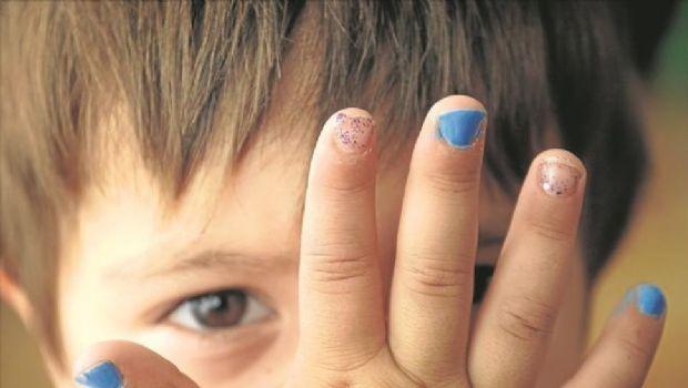 Escracharon a jardín porque su hijo apareció con las uñas pintadas