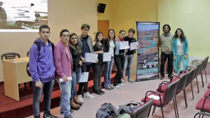 Estudiantes realizan carteleras sobre el impacto socio ambiental de las represas sobre el río Santa Cruz