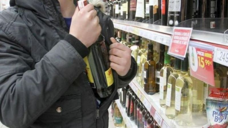 Demorados por robar alcohol en supermercado